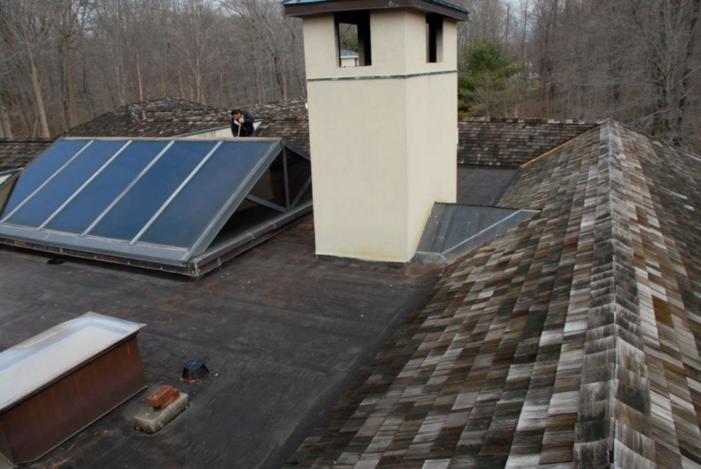 Small roof surface and many objects make it harder to install a flat roofs