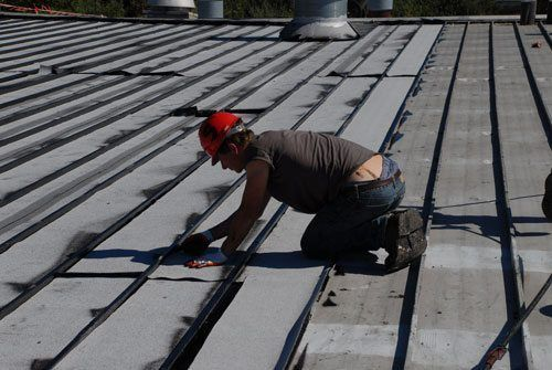 After applying the sealant/adhesive to the metal, we lay a rubber membrane that adheres to the roof. This will protect and recover the roof for 30 years or more.